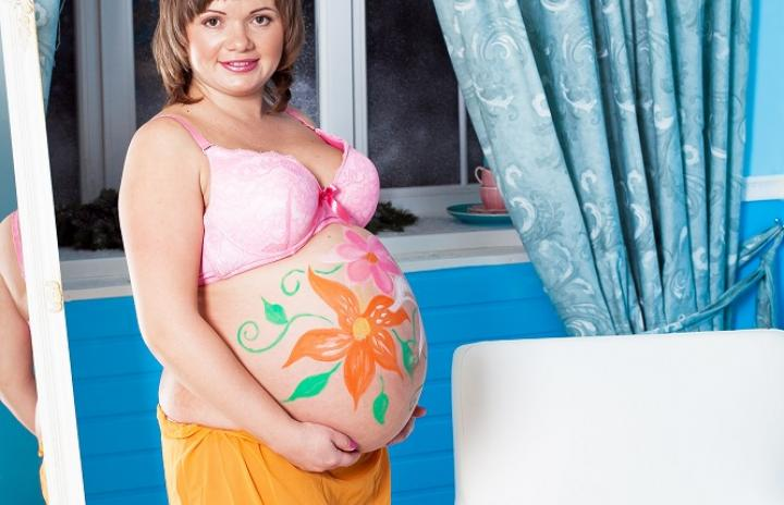Цветы на животике беременной
