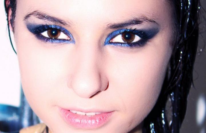 Синие тени в макияже